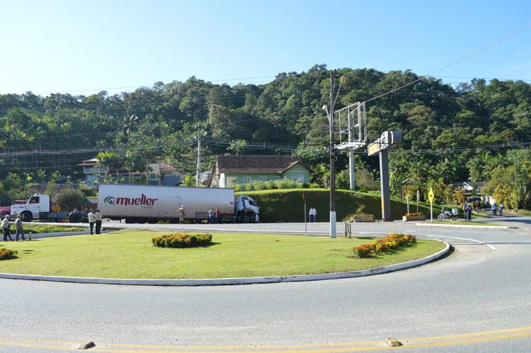 Acidente_caminhao_Vila-Itoupava_28.5.14_06