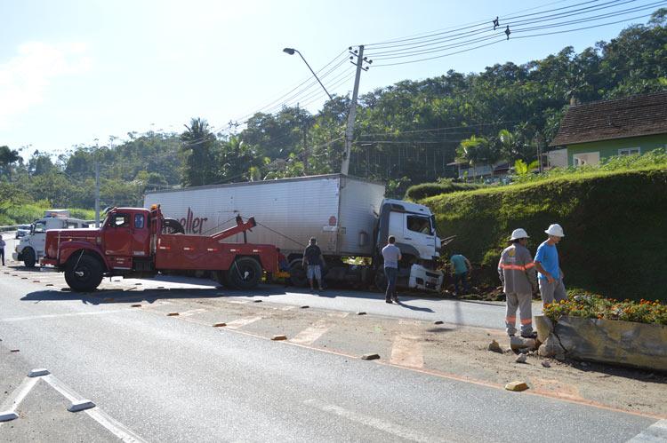 Acidente_caminhao_Vila-Itoupava_28.5.14_10