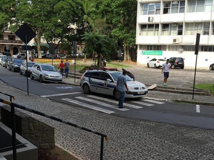 carro-transito-parado-faixa