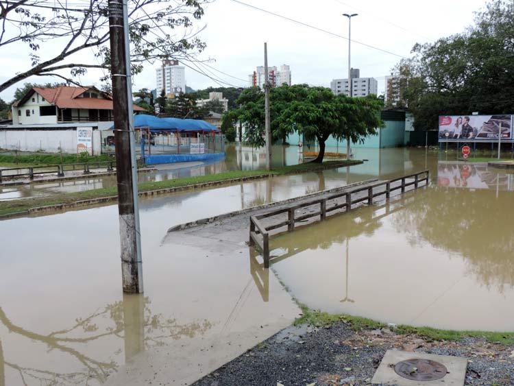 Ponte sob o Ribeirão da Velha, no final da Rua Alberto Stein - Foto: Luciano Bernz
