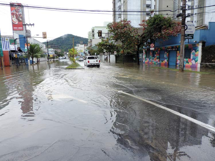 Rua Antônio da Veiga, em frente à Rua Joinville - Foto: Luciano Bernz