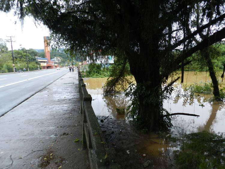 Ponte sob o Ribeirão Garcia, na Rua 7 de Setembro, próximo ao Supermercado Angeloni -  Foto: Soni Robinson Witte