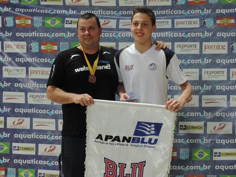Gabriel Matheus Herkenhoff, classe juvenil, 1º na prova de 50 metros nado livre.