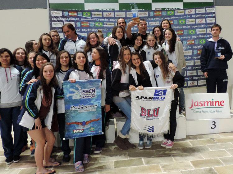 Três equipes femininas que ficaram nos primeiros lugares:  APANBLU, São Bento Clube de Natação e  ANT Tubarão.