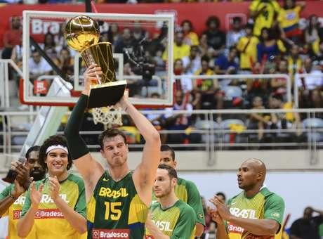 Splitter foi homenageado pelo título na NBA antes do jogo Brasil x Argentina Crédito: Marcelo Fonseca / Gazeta Press