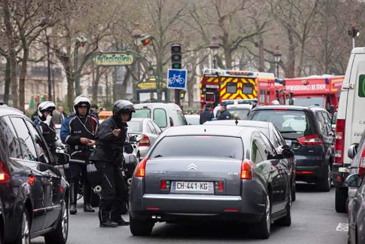Polícia bloqueia as ruas próximas à redação da revista Charly Hebdo, onde homens armados mataram ao menos 11 pessoasEtienne Laurent/Agência Lusa/direitos reservados