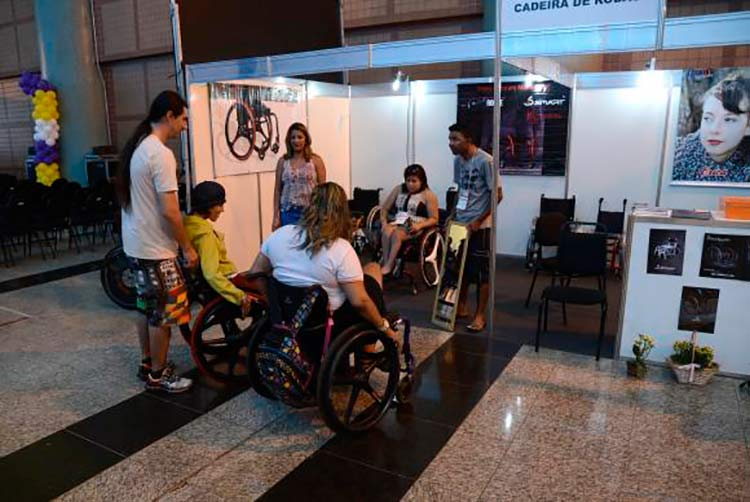 Para inserir pessoas com deficiência no mercado de trabalho, é necessário garantir acessibilidade urbana, com transporte público adaptado e rampas nos espaços públicos, diz Cláudio Tavares fundador do site Deficiente Online | Foto: Wilson Dias / Agência Brasil