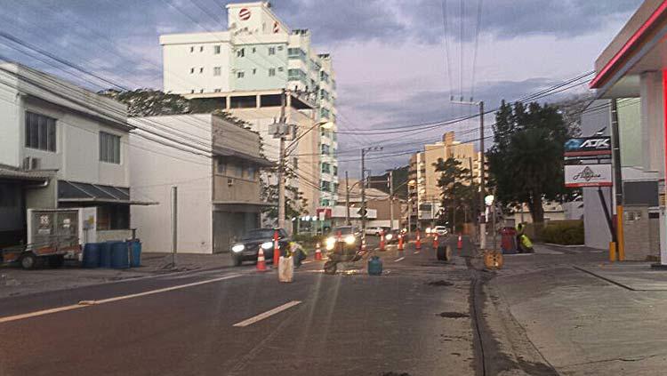 Obras para instalar lombada eletrônica na Rua São Paulo, no domingo (26), próximo ao Hotel John