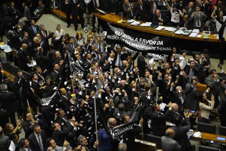 Plenário da Câmara dos Deputados aprovou, em primeiro turno, por 323 votos a 155, emenda que reduz a maioridade penal | Foto: Fabio Rodrigues Pozzebom / Agência Brasil