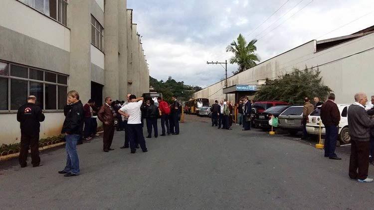 Funcionários da empresa N. S. da Glória, na frente da garagem na Rua 2 de Setembro, sede da empresa.