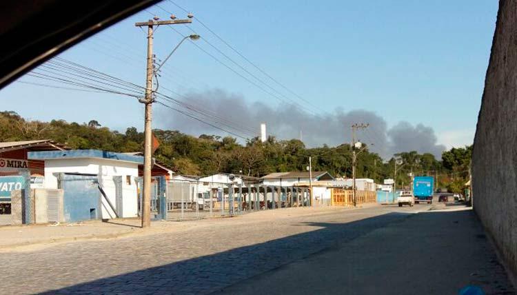 A fumaça é vista do bairro Itoupavazinha  