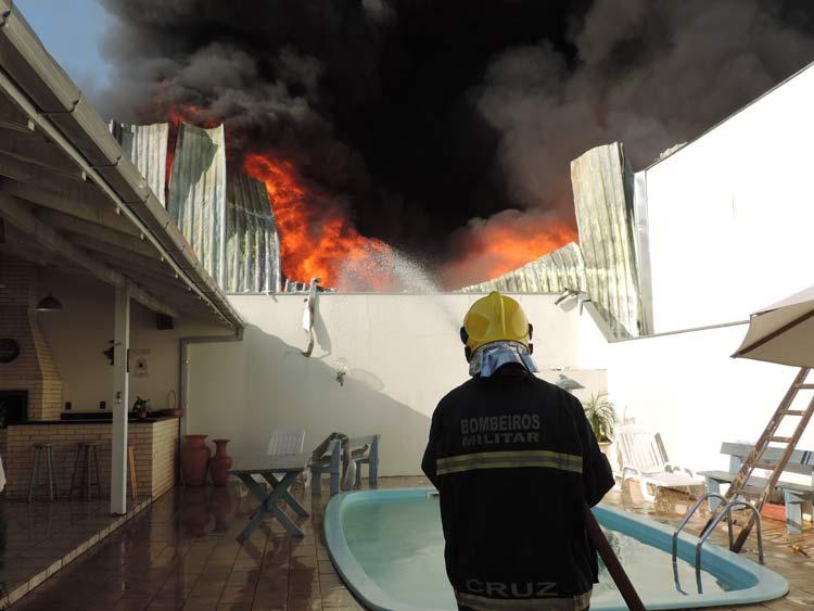 A estratégia dos bombeiros conseguiu evitar que as edificações próximas fossem atingidas.
