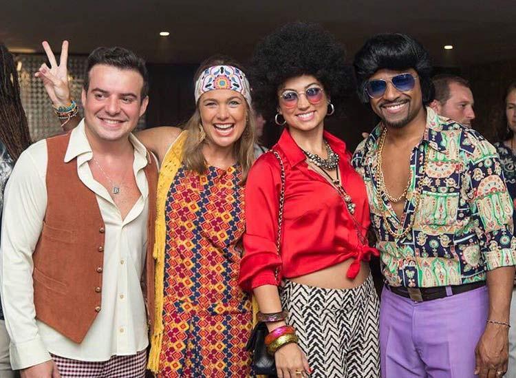 Os convidados, Bruno Bellutti e sua esposa, a atriz Thais Pacholek ao lado de Sara e Alexandre Pires