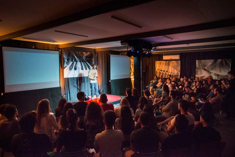 TEDxBlumenauSalon sobre música teve Giba Moojen, do Nossa Toca | Imagem: Blink Studios