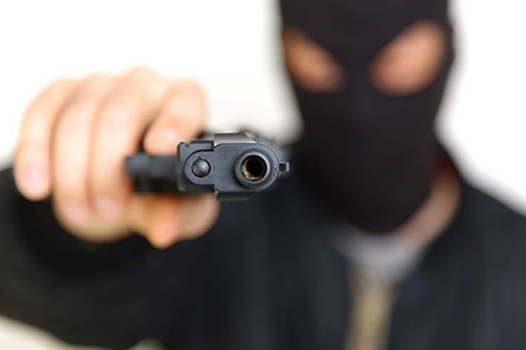 assalto-arma_homem_encapuzado