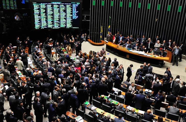 Deputados analisaram a proposta ao longo de cerca de 14 horas de sessões consecutivas no Plenário