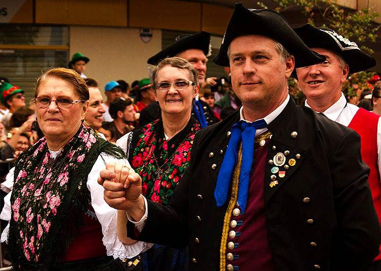 Anita, amiga da família ao lado Dieter. A esposa Luciana companheira de muitos desfiles não pode participar dessa vez. Foto:Julio Pollhein