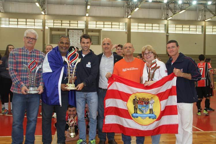 Esquerda para direita: dirigentes de Criciúma (2), Joinville (1) e Blumenau, os três primeiros colocados da competição. | Foto: Antonio Prado/Fesporte