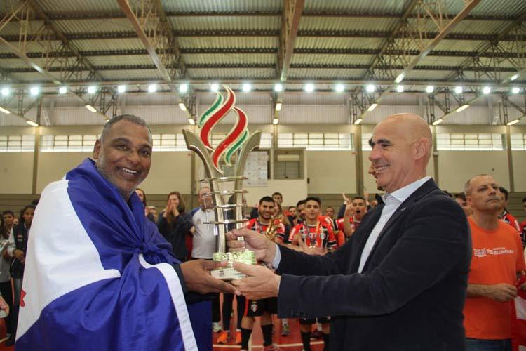 Presidente da Fesporte, Milton Cunha (à direita) entrega o troféu de campeão geral para o diretor técnico da Fundação de Esportes, Lazer e Eventos de Joinville (Felej), Kelvin Soares | Foto: Antonio Prado