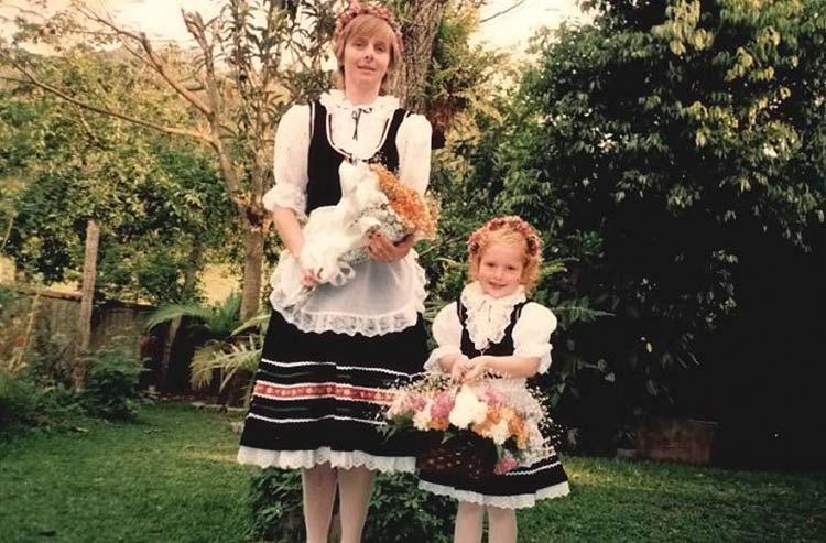 Registro familiar feito ao lado de sua mãe Magli no quintal de casa antes do desfile de 1998.