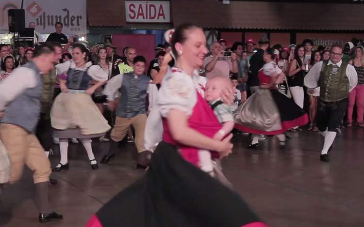 mulher-danca-tipica_crianca_13-10-16_01