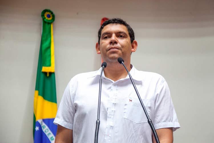 Reginaldo Carriel de Lima ocupou a tribuna da Alesc para criticar o edital da Secretaria de Estado da Educação Foto: Luis Debiasi/Agência AL