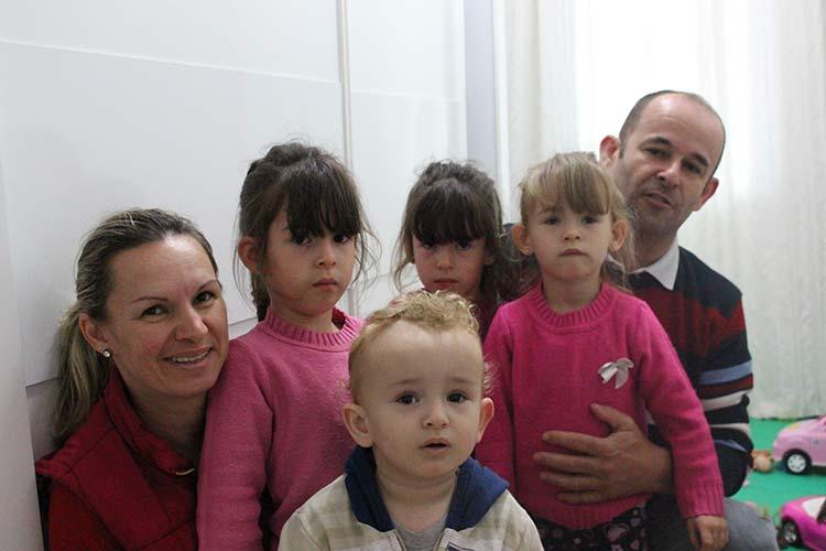 Família Griebner Pereira. Pais, Maria e Emerson. Trigêmeas : Maria Augusta, Maria Eduarda e Maria Caroline, 4 anos. E o quarto filho Mateus, 1 ano. Beneficiados pelo Programa Múltiplos em Blumenau.