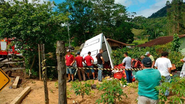 acidente_caminhao-pomerode_7-11-16_03