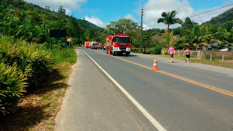 acidente_caminhao-pomerode_7-11-16_04