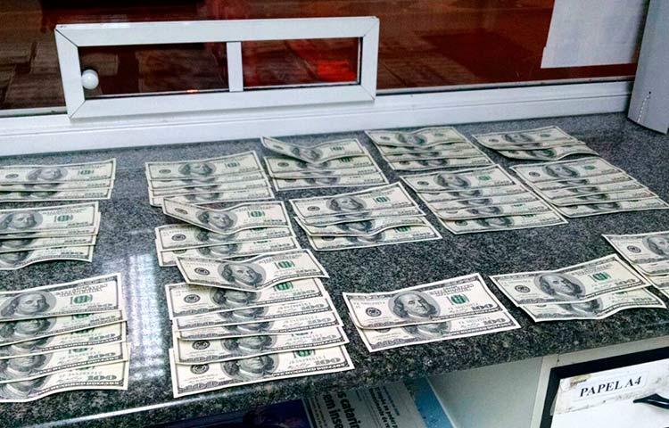 dolares-falsos_prf-barra-velha_11-11-16_02