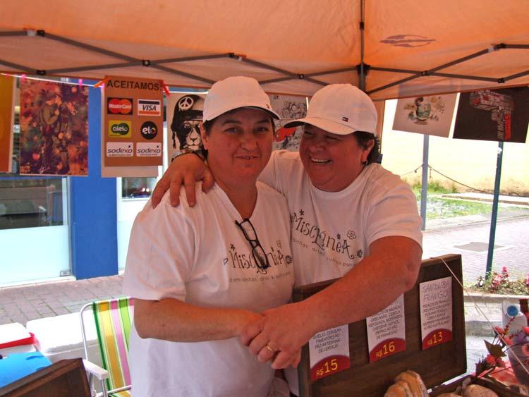 A Miscelânia Comidinhas e Artes, das irmãs Sandra Melo e Bel Montibeller, participa desde o início da feirinha. A barraquinha comercializa conservas, pães e cachaças artesanais, comercializa também posters e imãs divertidos.