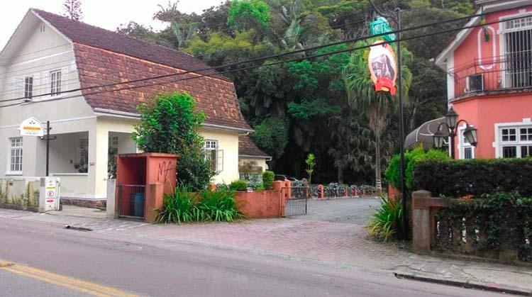 O espetáculo, que conta com apresentações dos alunos da escola e corais convidados, acontece na área verde atrás da escola, parte do Parque São Francisco, abrangendo também uma área do Restaurante Funiculi Funicula.
